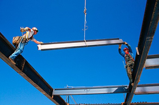Stock Photo: 1566-0142608 Ironworkers hanging structural steel