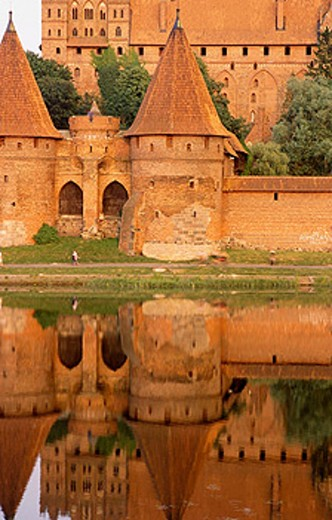 Europe´s largest gothic castle (13th century), residence of Teutonic Knights´ grand master, reflection on the Vistula River Delta known as the Nogat. Malbork. Pomerania, Poland : Stock Photo