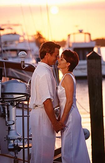 Stock Photo: 1566-0159224 couple embracing at the marina