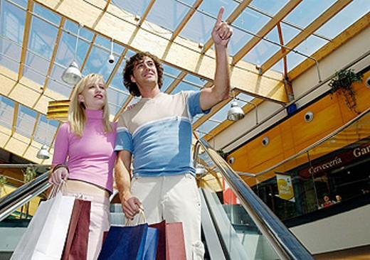 Stock Photo: 1566-0167430 Couple in shopping center