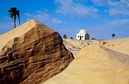 ´Koubba´ (mausoleum of a marabout) in the Zaafrane area dunes, Chott el-Djerid desert. South oasis, Tunisia : Stock Photo