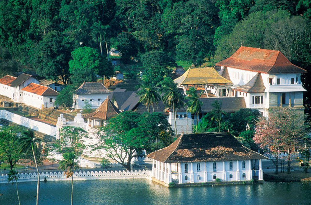 Stock Photo: 1566-0168780 The lake with the Dalada Maligawa (´Temple of the Tooth´), where the tooth of the Buddha is believed to be preserved. Kandy. Sri Lanka