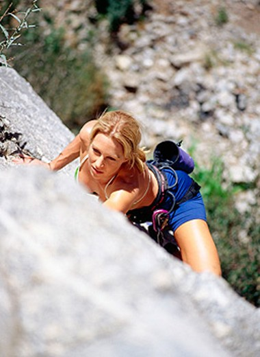 Young woman rock climbing in California : Stock Photo