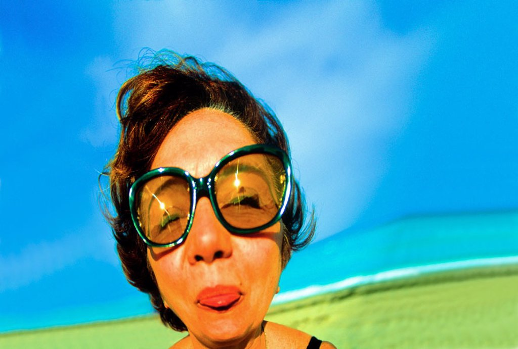 Stock Photo: 1566-023451 Distorted woman´s face with sun glasses