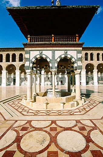 Central courtyard with fountain for ablutions. Ommeyade Mosque. Damascus. Syria : Stock Photo