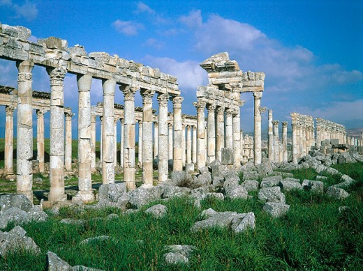 Ruins of colonnade along ´cardo´ (main street in ancient Roman cities). Apamea. Syria : Stock Photo