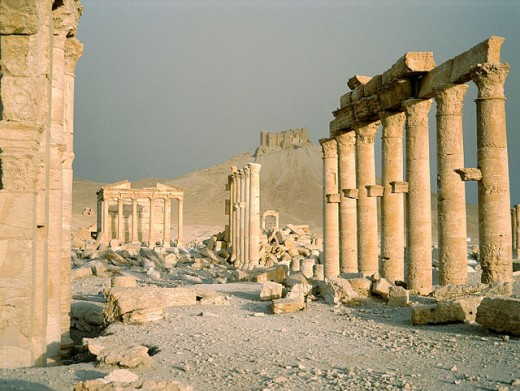 Palmyra ruins, remains of the 1200 m. colonnade edging the ´cardo´ (main road in Roman cities). Syria : Stock Photo