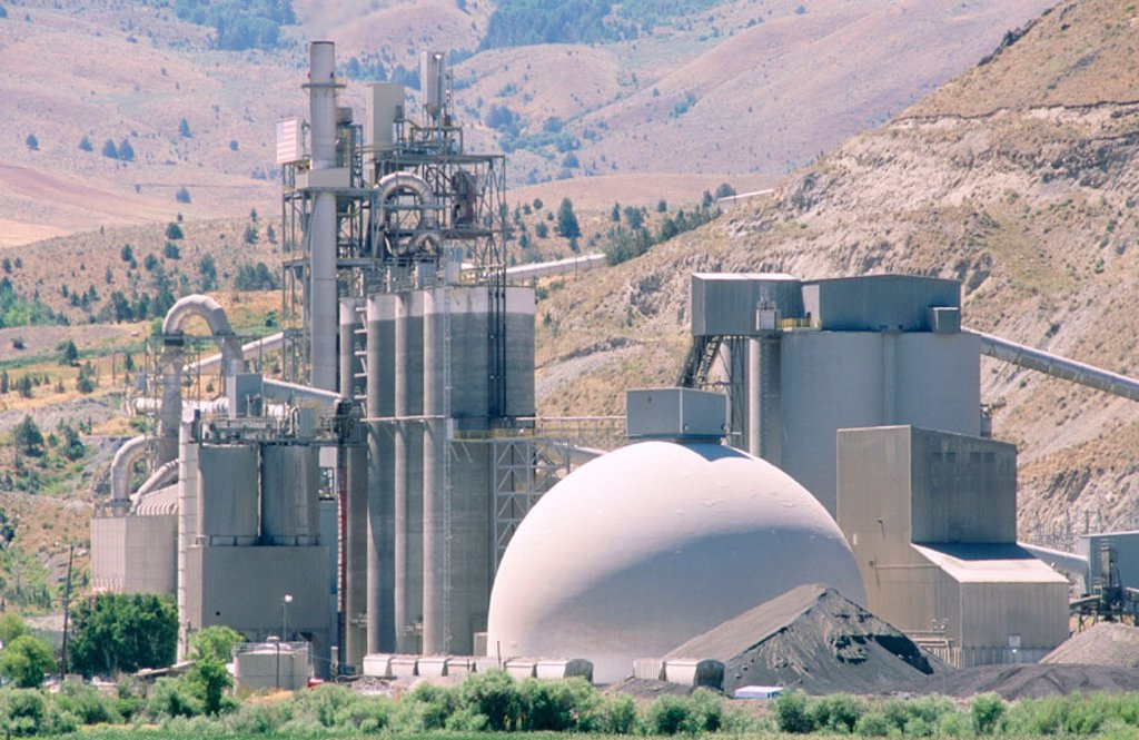 Stock Photo: 1566-098745 USA, Oregon, Weatherby. Cement plant with spherical structure.
