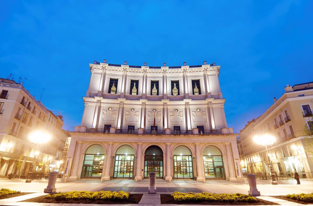 night view of the Teatro Real  Located in the Plaza de Oriente opposite the Royal Palace is one of the most visited places in the city, Madrid, Spain : Stock Photo