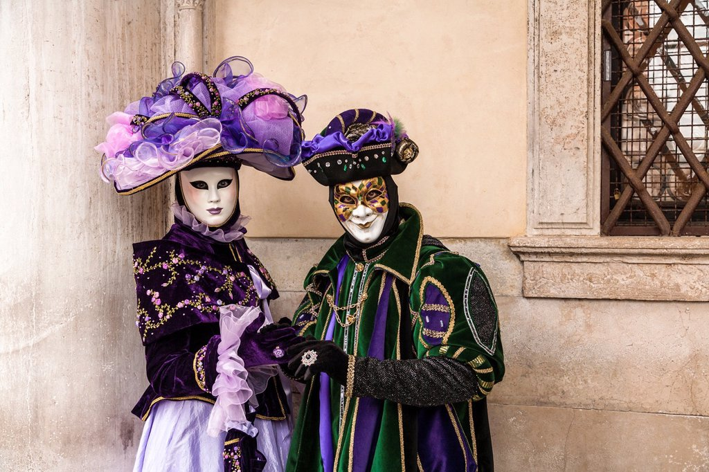 A masked couple at the carnival in Venice, Italy, Europe : Stock Photo
