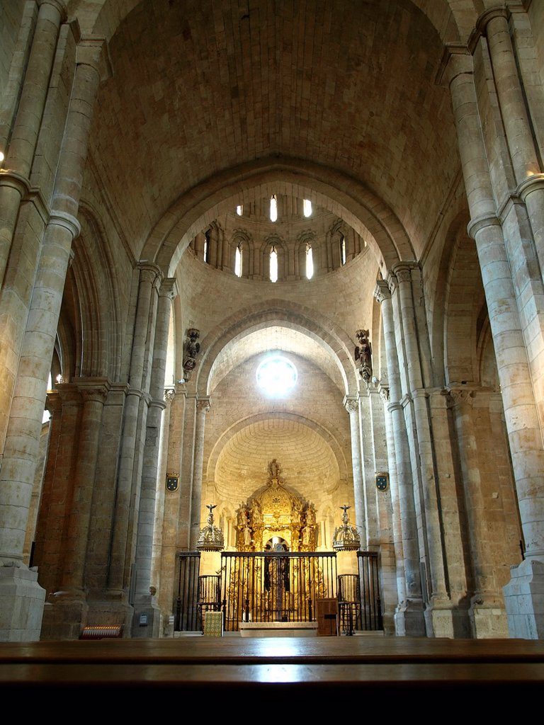 Indoor view of the Romanesque collegiate church of Santa María la Mayor, Toro, Zamora province, Castilla-Leon, Spain : Stock Photo
