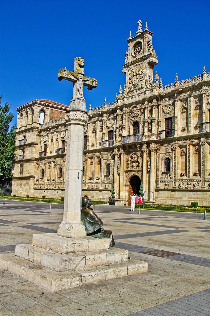 Monument to the pilgrims and Parador San Marcos hotel, a former monastery, Plaza San Marcos, Leon, Castile and León, Spain : Stock Photo