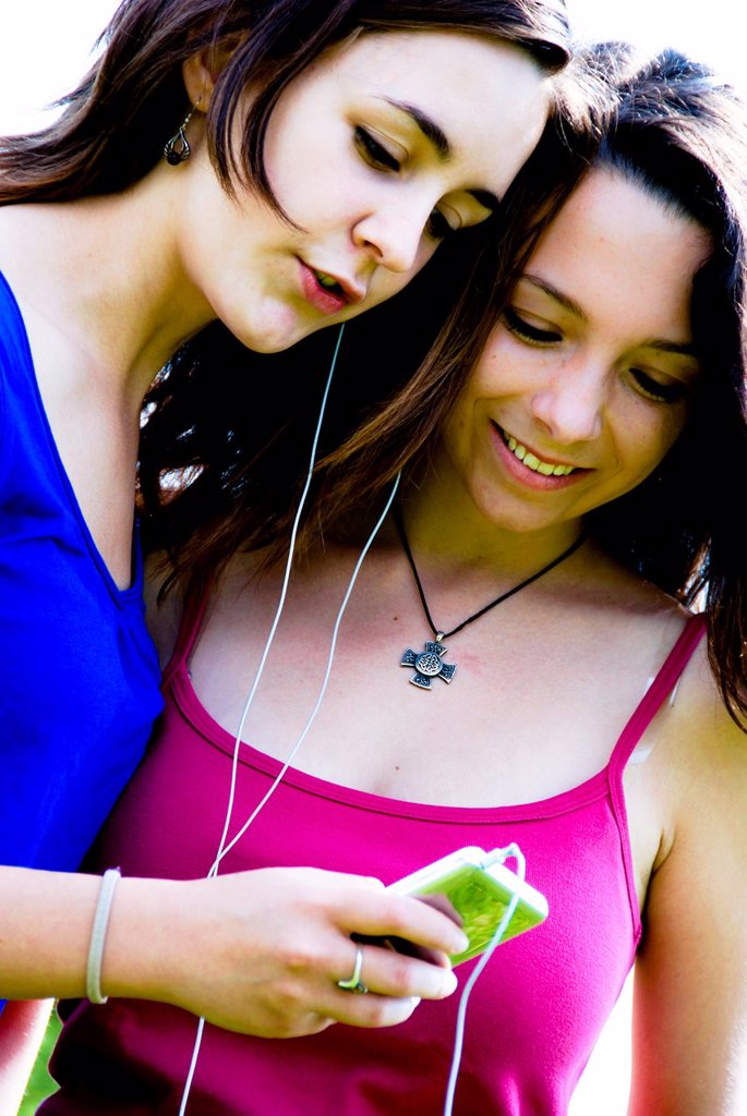 listening to music on an ipod MP3 player : Stock Photo