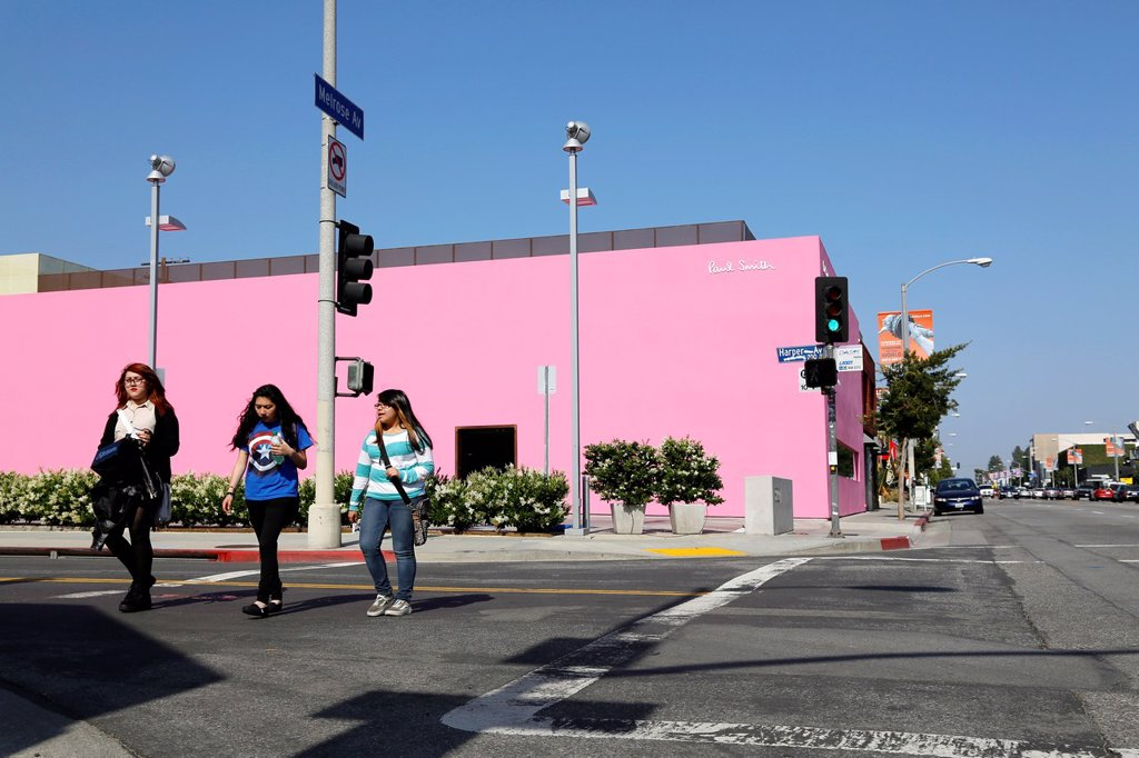USA, California, city of Los Angeles, Pink Gallery and shop of Paul Smith british fashion designer, Melrose Avenue, Mexican architect Luis Barragan// Etats-Unis, Californie, Ville de Los Angeles, galerie et boutique rose du designer de mode Paul Smith dan. USA, California, city of Los Angeles, Pink Gallery and shop of Paul Smith british fashion designer, Melrose Avenue, Mexican architect Luis Barragan// Etats-Unis, Californie, Ville de Los Angeles, galerie et boutique rose du designer de mode Pa : Stock Photo