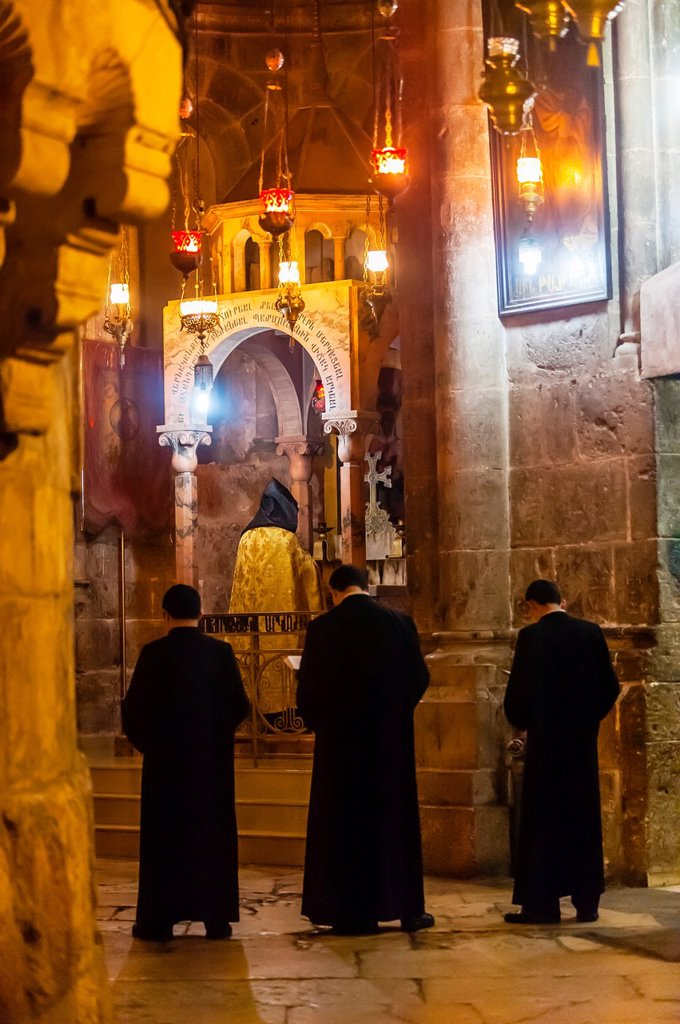 An Armenian Orthodox mass, Church of the Holy Sepulchre site of the last five stations of the Cross and venerated as the place where Jesus was crucified and buried, the Christian Quarter, Old City, Jerusalem, Israel : Stock Photo