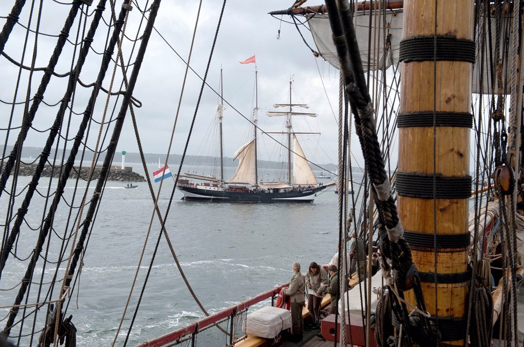 Sailing on the world´s largest wooden ship, the Gotheborg, from Brest to Douarnenez, France, during the Tonnerres de Brest 2012 - International maritime festival, Brest France : Stock Photo