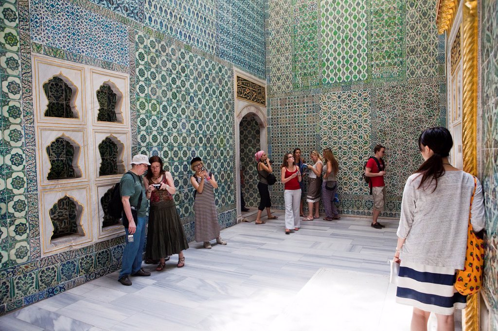Stock Photo: 1566-1022204 tourists at the Topkapi palace, Istanbul