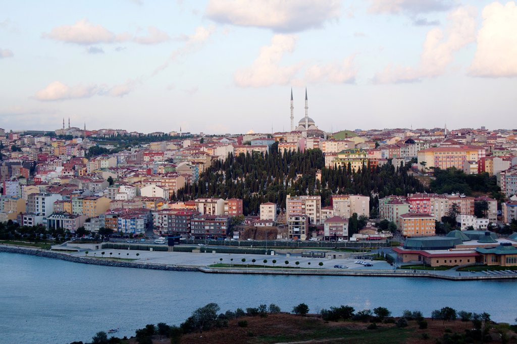 view from the ´Pierre Loti´ viewpoint, looking at the golden horn, istanbul : Stock Photo