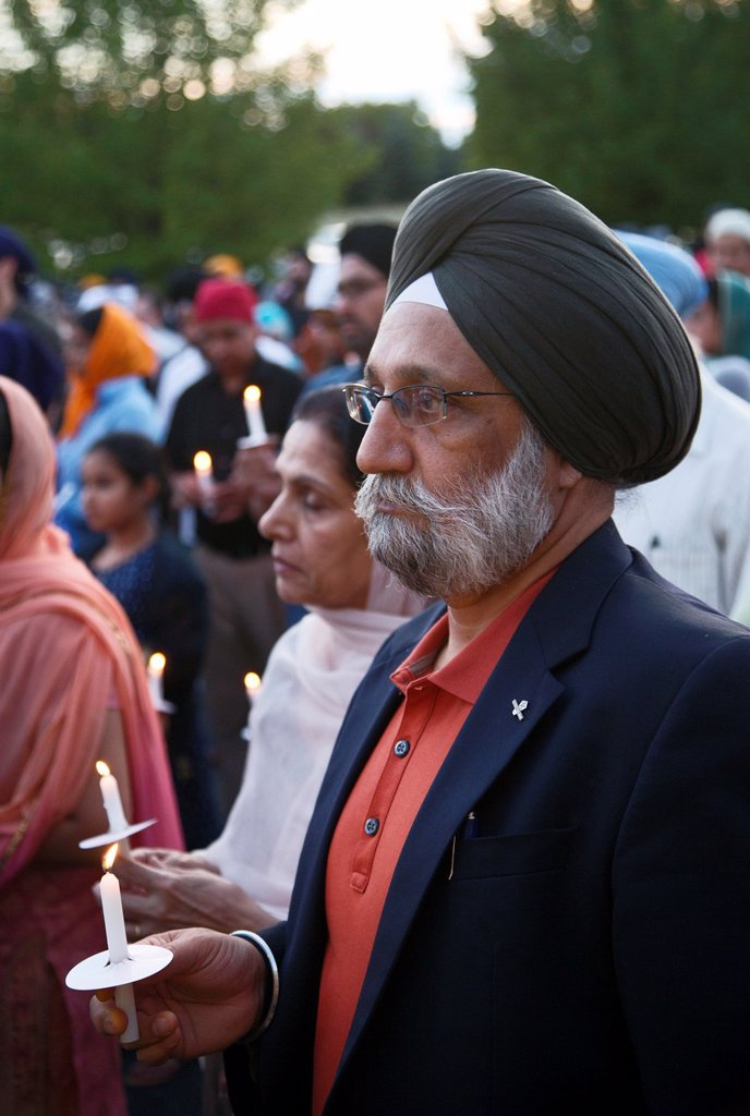Plymouth, Michigan - Hundreds of Detroit-area Sikhs held a memorial service and candlelight vigil at the Hidden Falls Gurdwara temple for victims of the Wisconsin shooting  Six Sikhs were killed during a religious service at a temple near Milwaukee by Wad. Plymouth, Michigan - Hundreds of Detroit-area Sikhs held a memorial service and candlelight vigil at the Hidden Falls Gurdwara temple for victims of the Wisconsin shooting  Six Sikhs were killed during a religious service at a temple near Milw : Stock Photo