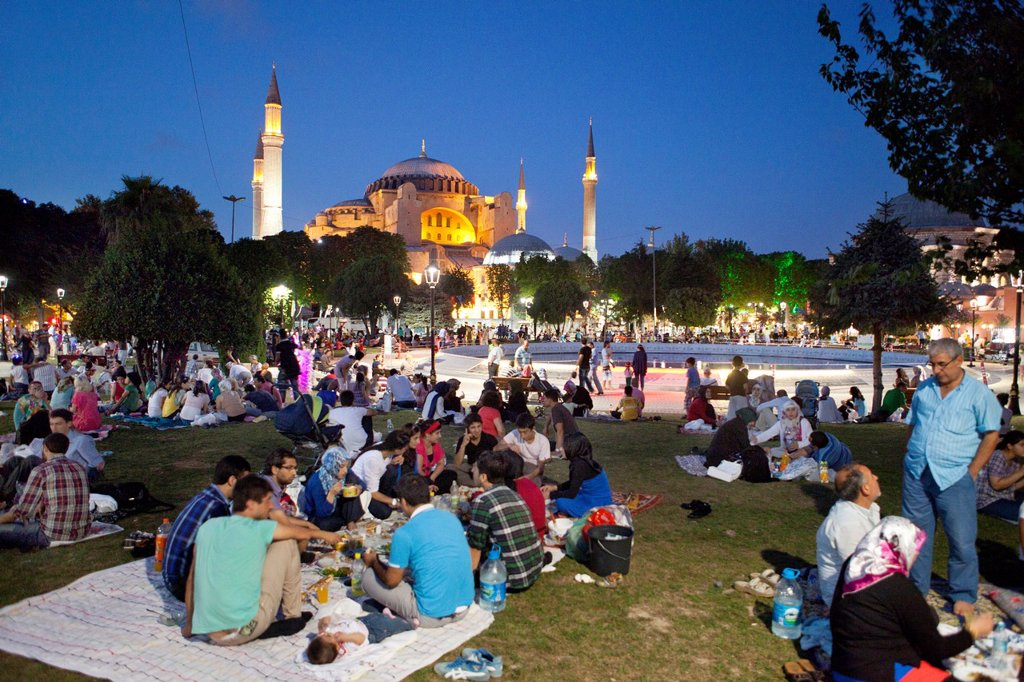 Stock Photo: 1566-1023607 Ramadan picnic in front of the Aya Sofya, istanbul