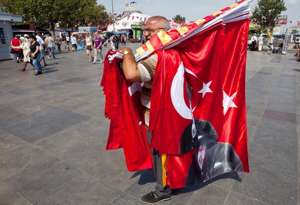 Turk selling flags of Ataturk, istanbul : Stock Photo