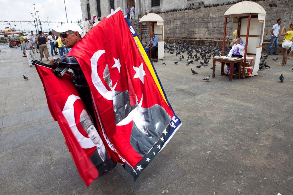 Stock Photo: 1566-1023636 Turk selling flags of Ataturk, istanbul