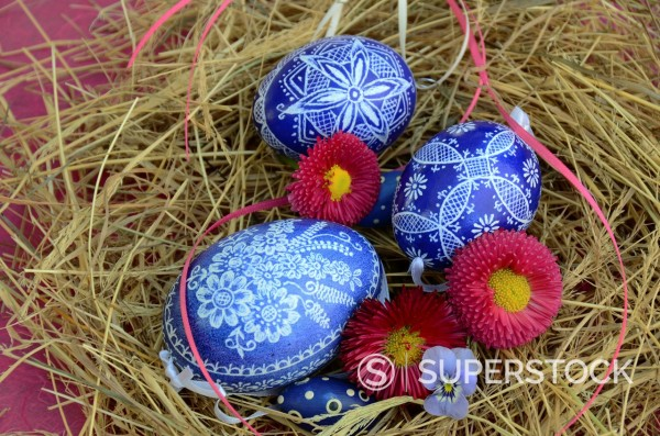Stock Photo: 1566-1027353 Colorful Easter Eggs resting in Hay