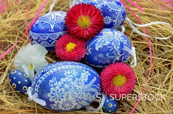 Stock Photo: 1566-1027764 Colorful Easter Eggs resting in Hay