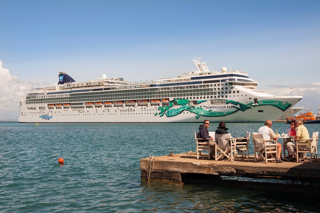 Tourists dining alfresco in front of the Norwegian Jade cruise ship, Katakolon, Greece : Stock Photo