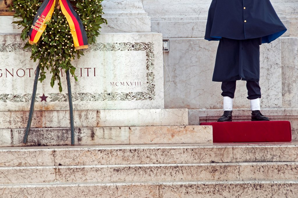 Piazza Venezia, Rome, Italy, National memorial of King Viktor Emanuel II, Vittoriano, honor guard at the Monument to the unknown soldier, Altar of the Fatherland : Stock Photo