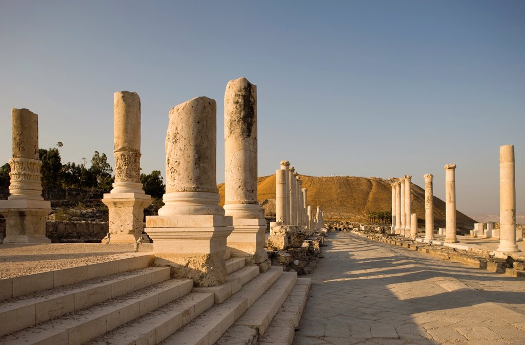 WESTERN BATHHOUSE STEPS PALLADIUS STREET BYZANTINE COLONNADE RUINS TEL BEIT SHEAN NATIONAL PARK ISRAEL : Stock Photo