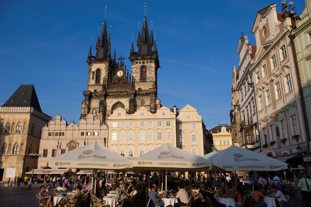 STREET CAFES TYN CHURCH OLD TOWN SQUARE STAROMESTSKE NAMESTI PRAGUE CZECH REPUBLIC : Stock Photo