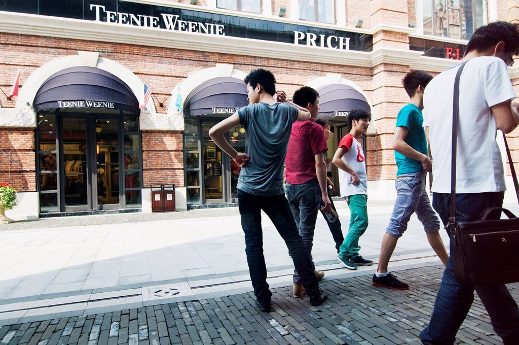 Han street is Wuhan´s newest shopping center attracting many visitors  with over 200 shops : Stock Photo