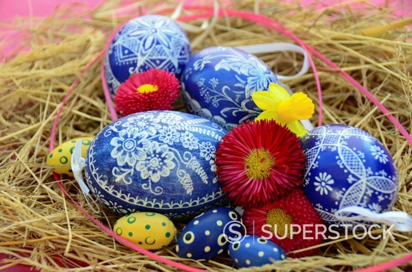 Stock Photo: 1566-1044790 Colorful Easter Eggs resting in Hay
