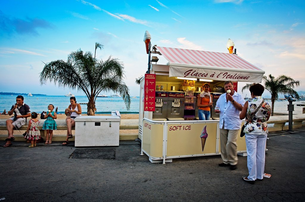 Stock Photo: 1566-1046945 Icecream shop, boulevard de la Croisette, Cote d«Azur, Cannes, France.