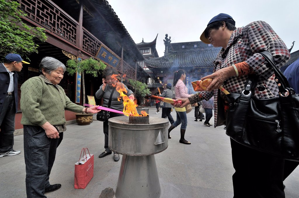 Pilgrims offering incense sticks at the old City God Temple or Chenghuang Miao, Shanghai, China : Stock Photo