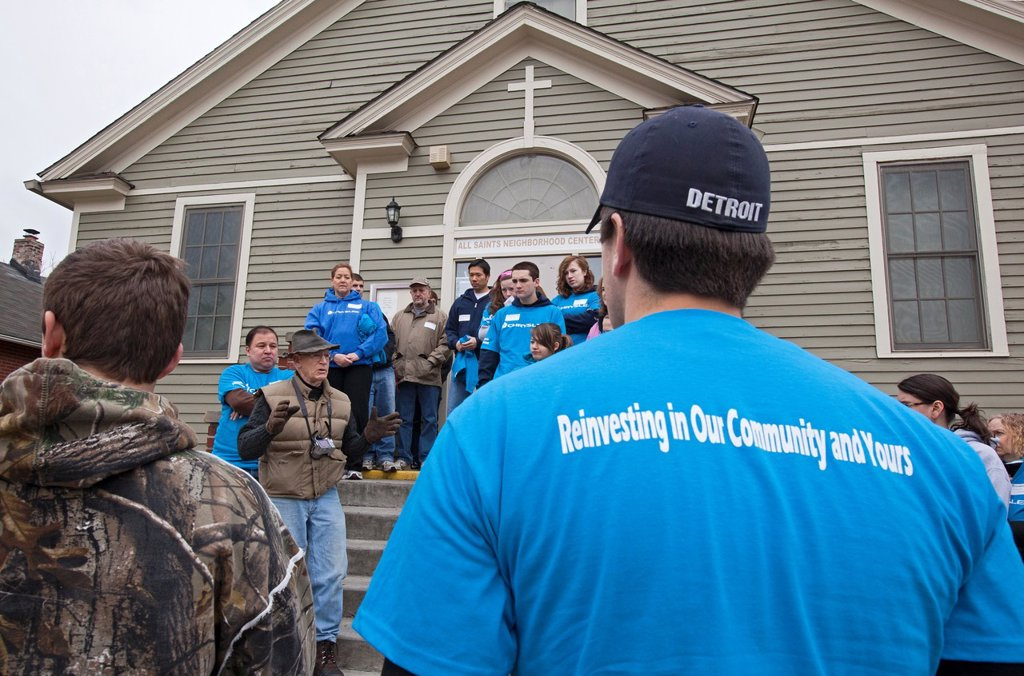 Detroit, Michigan - Dennis Nordmoe, executive director of the nonprofit Urban Neighborhood Initiatives, gives directions to volunteers from Chrysler Corp  preparing to work on cleanup and community improvement projects in southwest Detroit : Stock Photo