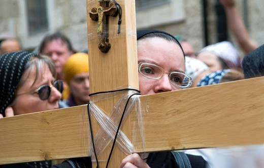 Holding the cross and walking the Via Dolorosa during the Good Friday procession : Stock Photo