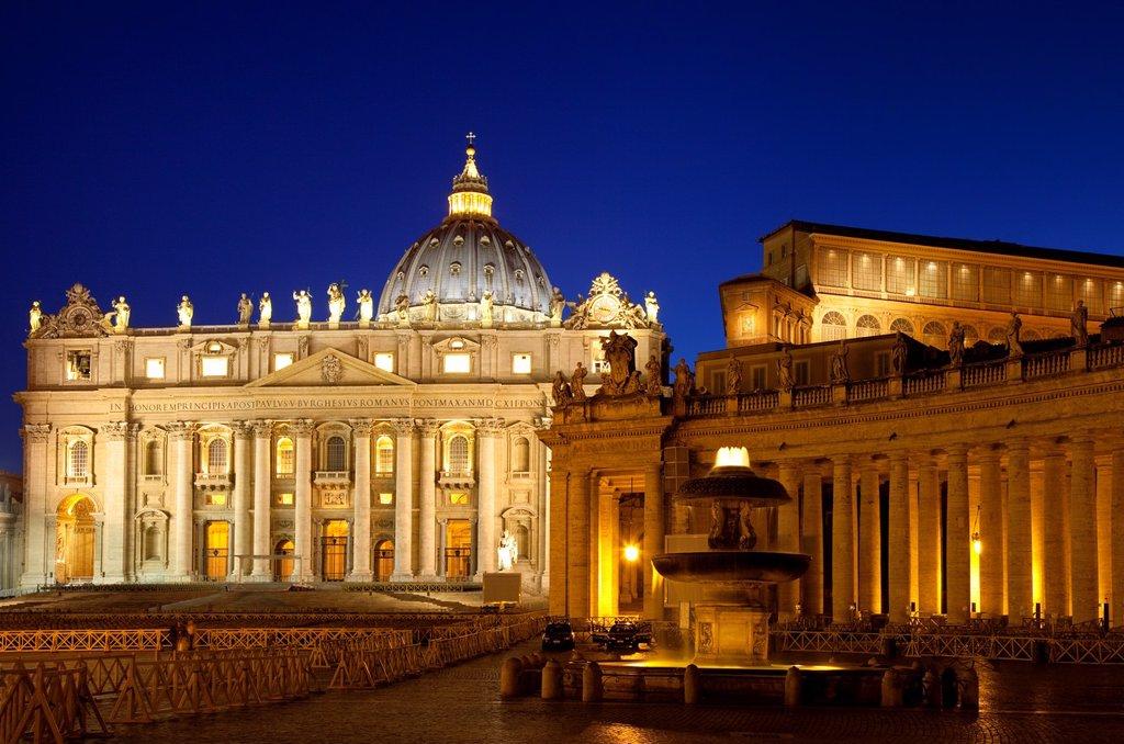 Twilight at St  Peter´s Basilica, Vatican City, Rome Lazio Italy : Stock Photo