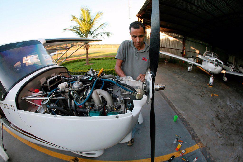 Stock Photo: 1566-1072648 Onderhoud van een cesna vliegtuig op vliegveld ´Canarana´ in oost brazilie ANP COPYRIGHT TON KOENE