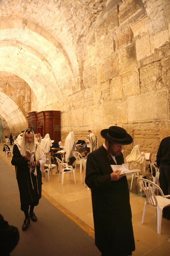 Stock Photo: 1566-1072965 The men´s prayer area including Wilson´s arch located at the Western wailing wall in Jerusalem