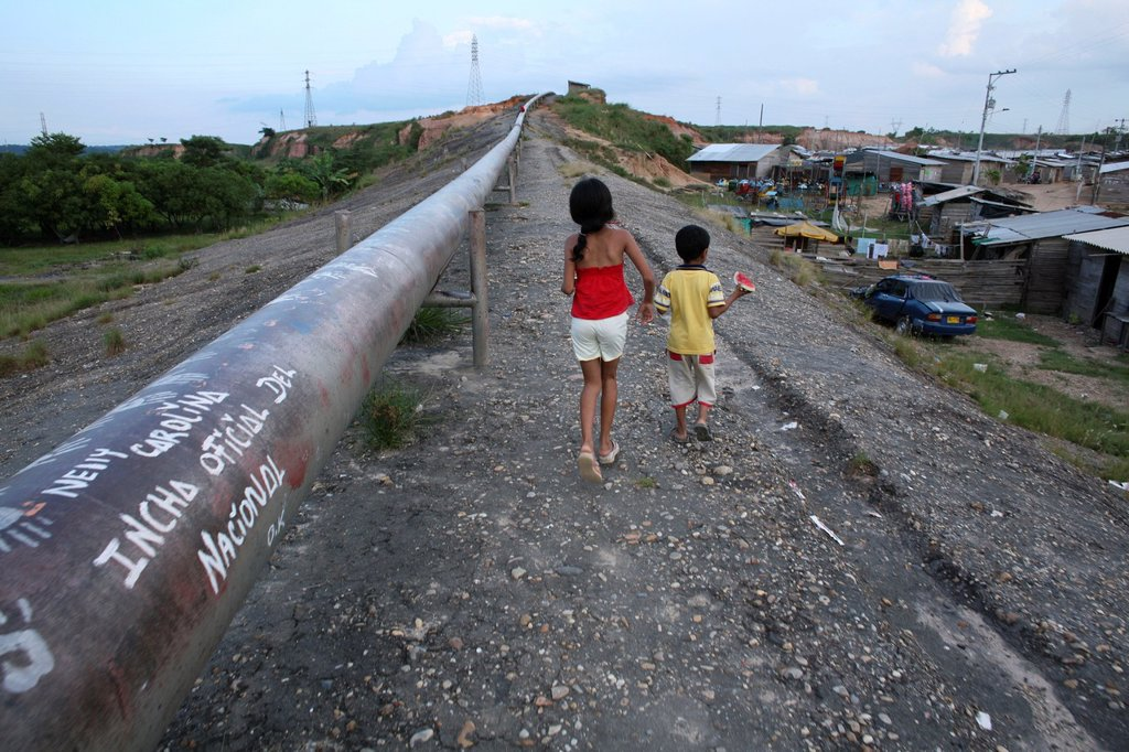 Stock Photo: 1566-1073678 Oil pipeline near a slum in Barrancabermeja
