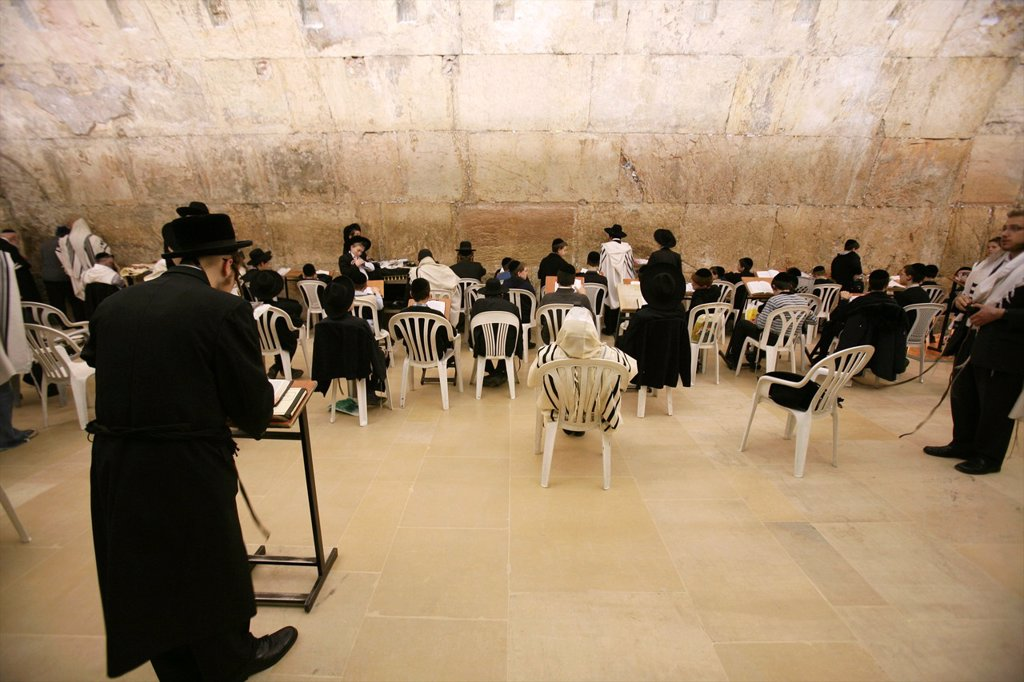 The men´s prayer area including Wilson´s arch located at the Western wailing wall in Jerusalem : Stock Photo