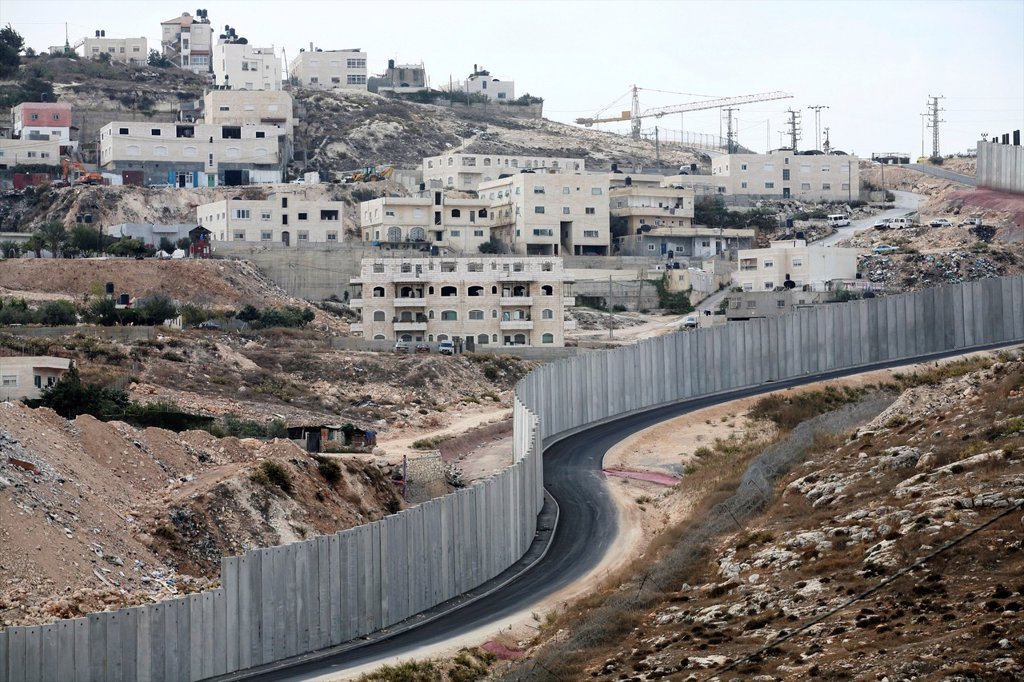 Israel is building a wall around the west bank territories, blocking access for Palestinians who feel imprisoned by it : Stock Photo