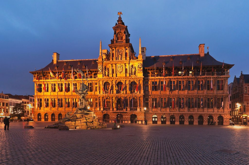 Marketplace ´Grote Markt´ with the town hall ´Stadhuis´ The town hall was built by Cornelis Floris de Vriendt 1561 to 1565 The building is 78 meters long, Flanders, Antwerp, Belgium, Europe : Stock Photo