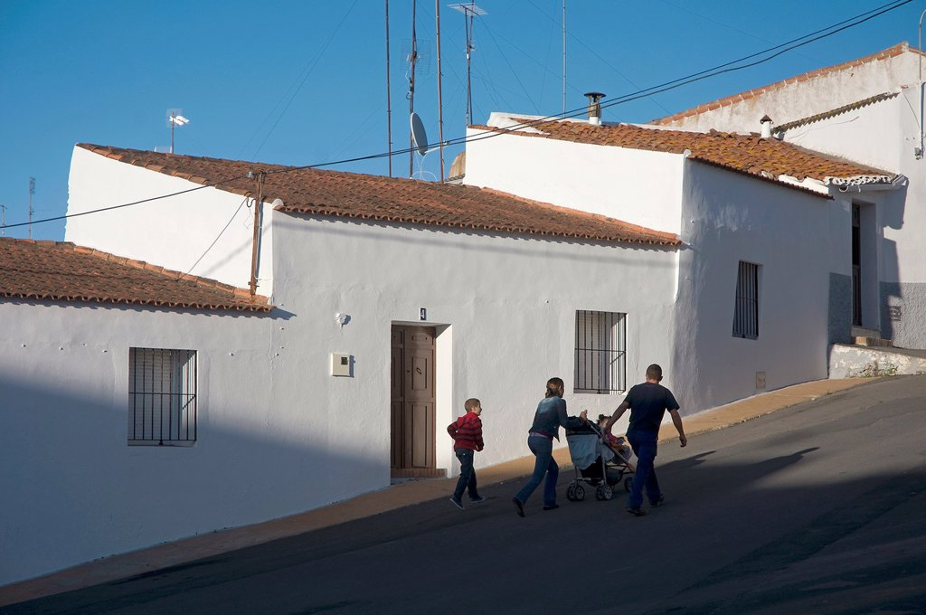 Urban view and family  Alosno  Huelva-province  Spain : Stock Photo