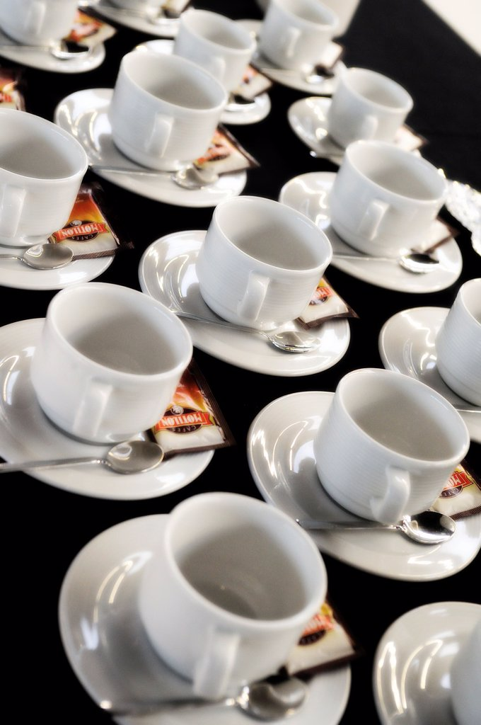 Cups, spoons and sugar sachets ready to serve coffee : Stock Photo
