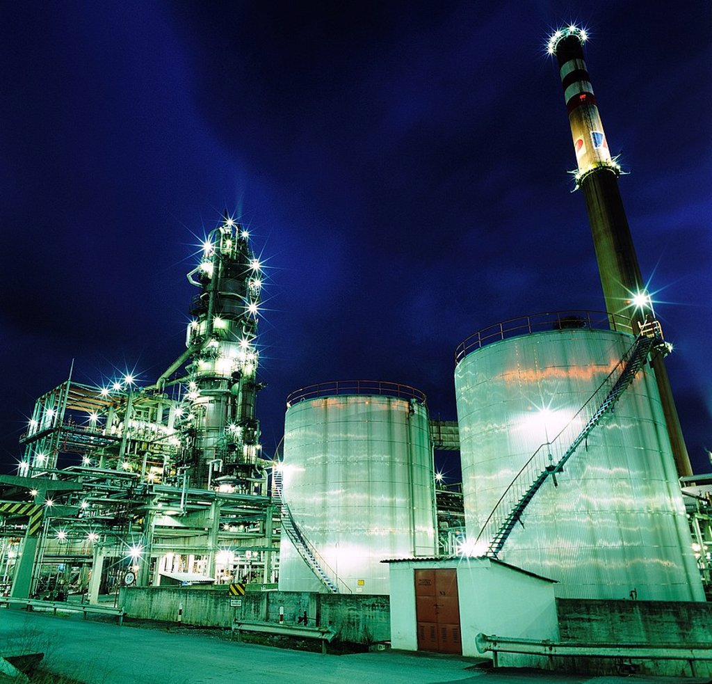 Night square image gas and oil industry. Finished goods tanks : Stock Photo