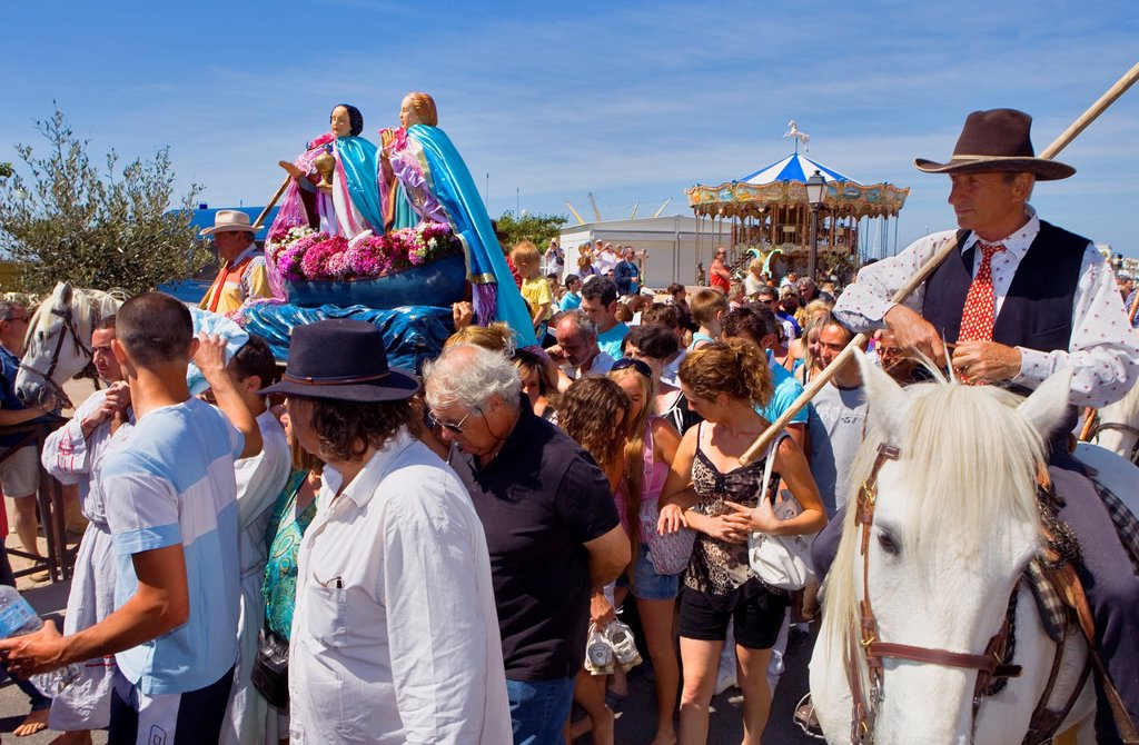 Stock Photo: 1566-1117397 Mª Jacobé and Mª Salomé Procession during annual gipsy pilgrimage at Les Saintes Maries de la Mer may,Camargue, Bouches du Rhone, France