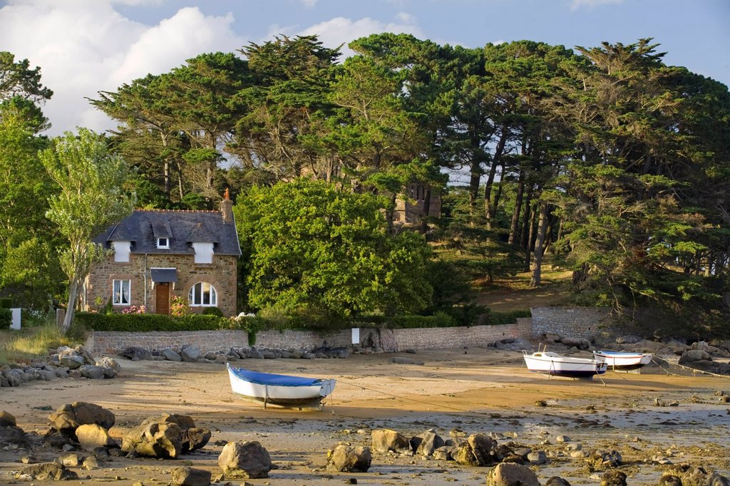 House, trees and beach Ploumanach  Perros-Guirec Breton: Perroz-Gireg is a commune in the Côtes-d´Armor department in Bretagne in northwestern France : Stock Photo